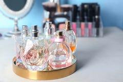 Plateau avec des bouteilles de parfum Photo stock