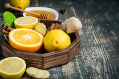 Plateau avec des ingrédients pour faire l'immunité amplifiant la boisson saine de vitamine sur le fond foncé image libre de droits