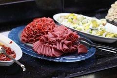 Plateau avec des tranches de jambon Photo stock