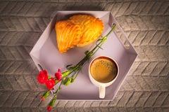 Plateau avec du café, la fleur et le biscuit avec la pomme, Photo stock
