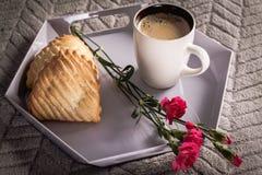 Plateau avec du café, la fleur et le biscuit avec la pomme, Images stock
