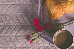 Plateau avec du café, la fleur et le biscuit avec la pomme, Photographie stock libre de droits