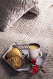 Plateau avec du café, la fleur et le biscuit avec la pomme, Images libres de droits