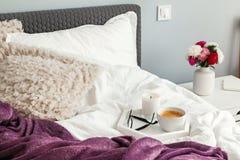Plateau avec du café se tenant sur la toile de blanc de bedwith image stock