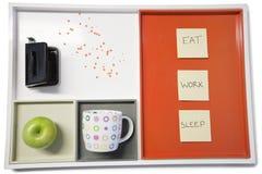 Plateau avec la machine de poinçon, la pomme verte, la tasse et les papiers à lettres collants Photo libre de droits