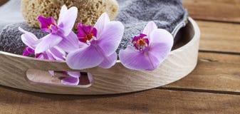 Plateau avec la serviette et éponge naturelle pour la vaisselle et la relaxation photos stock