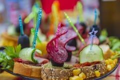 Plateau avec le fruit frais et les légumes délicieux et les morsures fraîches image libre de droits