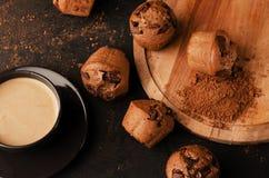 Plateau avec les petits pains et la tasse de café savoureux images stock