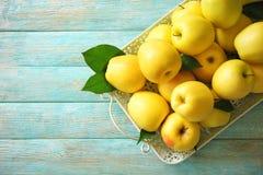 Plateau avec les pommes jaunes mûres Photographie stock libre de droits