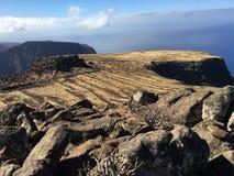 Plateau con le rocce in cima al mountainl ed il cielo e le nuvole a La Gomera Immagine Stock Libera da Diritti