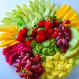 Plateau cru d'assortiment de fruits du plat blanc, sur la table blanche images stock