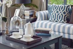 Plateau décoratif de tasse de thé sur la table en bois dans le salon de luxe photos stock