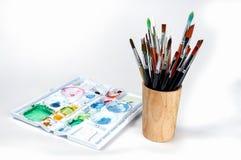 Plateau d'aquarelle avec des pinceaux d'aquarelle, plateau de peinture images stock
