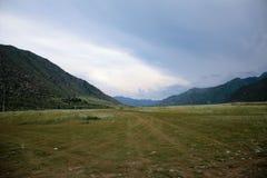 Plateau dans les montagnes et les nuages de pluie Image libre de droits