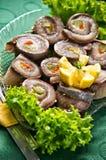 Plateau de buffet avec des petits pains d'harengs Image stock