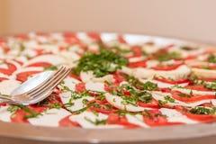 Plateau de buffet de mozzarella et de tomate image stock