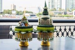 Plateau de cadeau pour le marié et la jeune mariée dans la tradition thaïlandaise de mariage Images stock