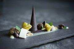Plateau de chocolat, de fruit et de dessert d'écrous photo stock