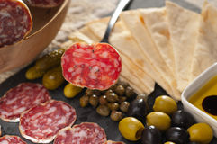 Plateau de coupe froide avec du pain et des conserves au vinaigre de pita Photographie stock libre de droits