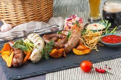 Plateau de différentes saucisses grillées Photos stock