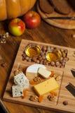 Plateau de fromage avec des divers fromages Image stock