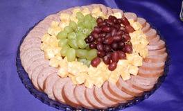 Plateau de fromage, de raisin et de viande Image libre de droits