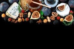 Plateau de fromage, figues et miel, casse-cro?te, sur la vieille table en bois Vue sup?rieure Copiez l'espace photo libre de droits