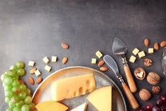 Plateau de fromages avec du raisin et des écrous Photos stock