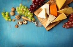 Plateau de fromages, raisin et écrous Image libre de droits