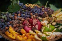 Plateau de fruit frais assorti, plan rapproché, extérieur images stock