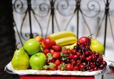 Plateau de fruit frais délicieux assorti Photographie stock libre de droits