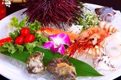 Plateau de fruits de mer avec l'huître et la crevette image stock