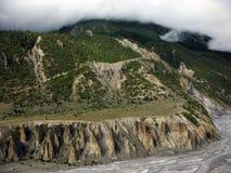 Plateau de l'Himalaya derrière un delta de rivière Photos stock