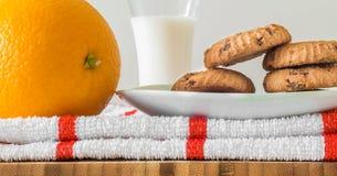 Plateau de petit déjeuner : biscuits, lait et orange photographie stock