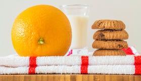 Plateau de petit déjeuner : biscuits, lait et orange image libre de droits