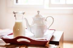Plateau de petit déjeuner sur une table Photos stock