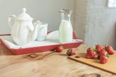 Plateau de petit déjeuner sur une table Photo libre de droits