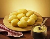 Plateau de pomme de terre cuite Image stock
