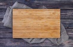 Plateau de portion au-dessus de la vieille table en bois, planche à découper sur le fond en bois foncé, vue supérieure photos stock
