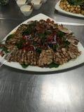 Plateau de salade de poulet Grilled Image stock