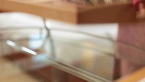 Plateau de transport femelle avec les petits pains de sushi japonais délicieux au lit banque de vidéos