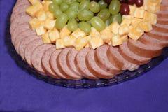 Plateau de viande, de fromage et de fruit Photos stock