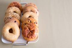 Plateau des bagels placés sur un Tableau avec l'espace de copie Photos stock