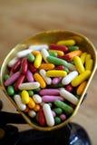 Plateau des bonbons colorés multi à dragées à la gelée de sucre photos stock