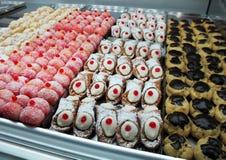 Plateau des bonbons, des gâteaux et des pâtisseries Photo libre de droits