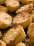 Plateau des pommes de terre de rôti avec du sel de mer Photographie stock