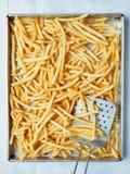 Plateau des pommes frites d'or rustiques Photos stock