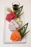 Plateau des sushi de sashimi avec le thon et les saumons Image stock