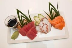 Plateau des sushi de sashimi avec le thon et les saumons Photos libres de droits