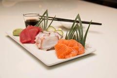 Plateau des sushi de sashimi avec le thon et les saumons Images stock